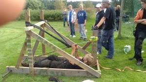 Alfred och hans kompisar byggde en katapult